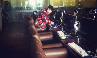 「网咖服务员」陈龙:加辣便有家乡味,忙点就是过年乐