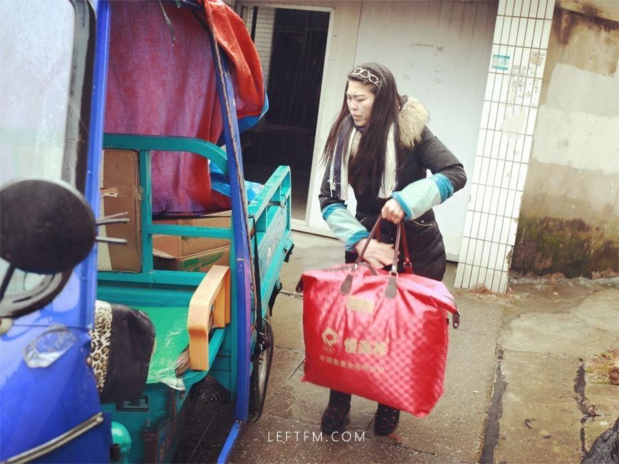 「快递员」黄亚兰:匆忙穿行城市,偶尔停下来拾缀收获
