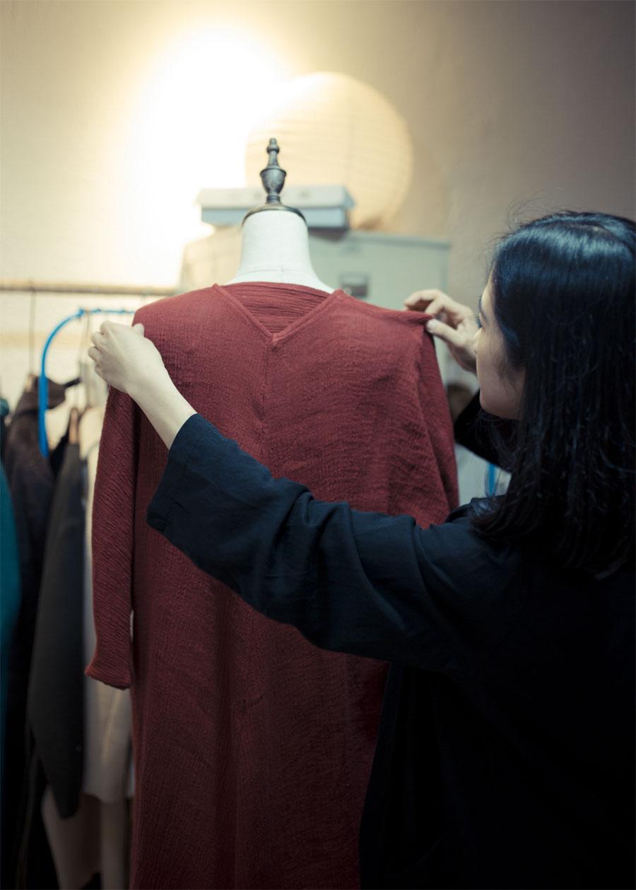 在工作室内,王玭正为衣服进行搭配、调整。