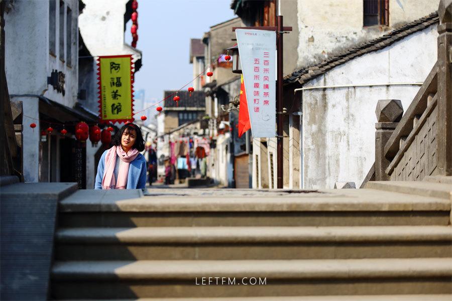 蔡丽红利用休息日到无锡的南长街观赏古运河风光