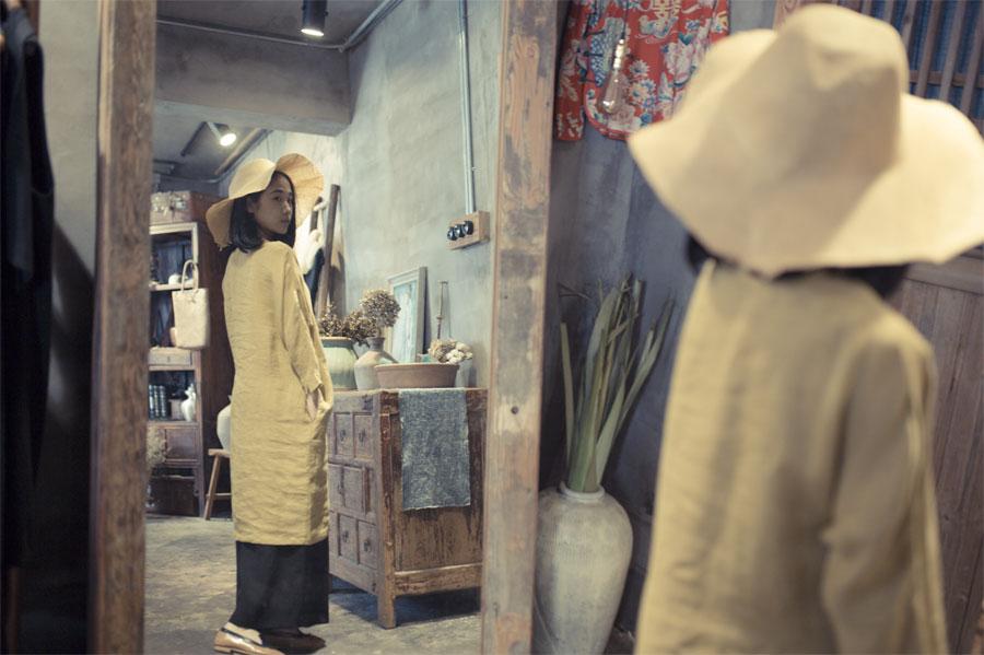 王玭正在试衣镜内查看自己的衣物搭配。