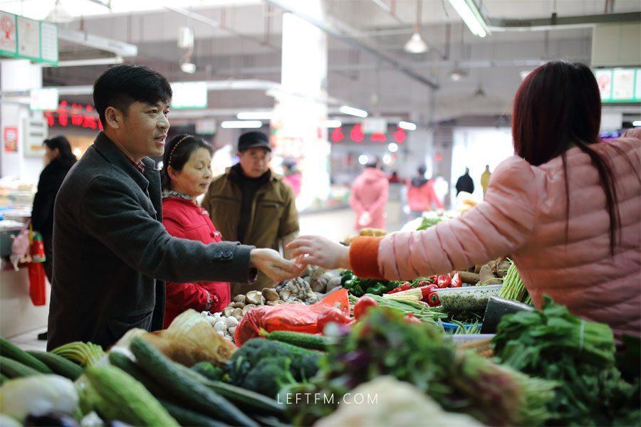 在回去的路上,王亚林到菜市场买些菜回家。