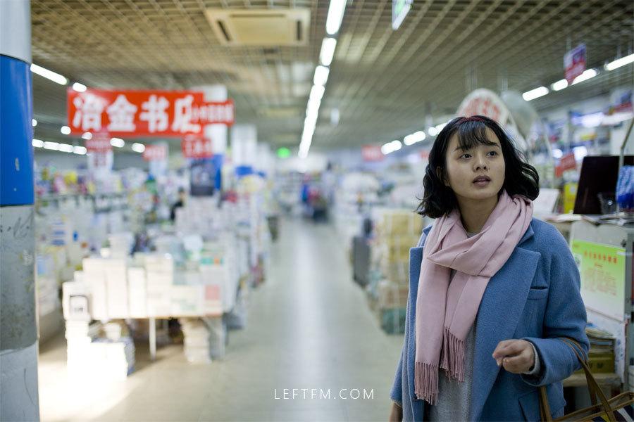 蔡丽红在书店购买书籍
