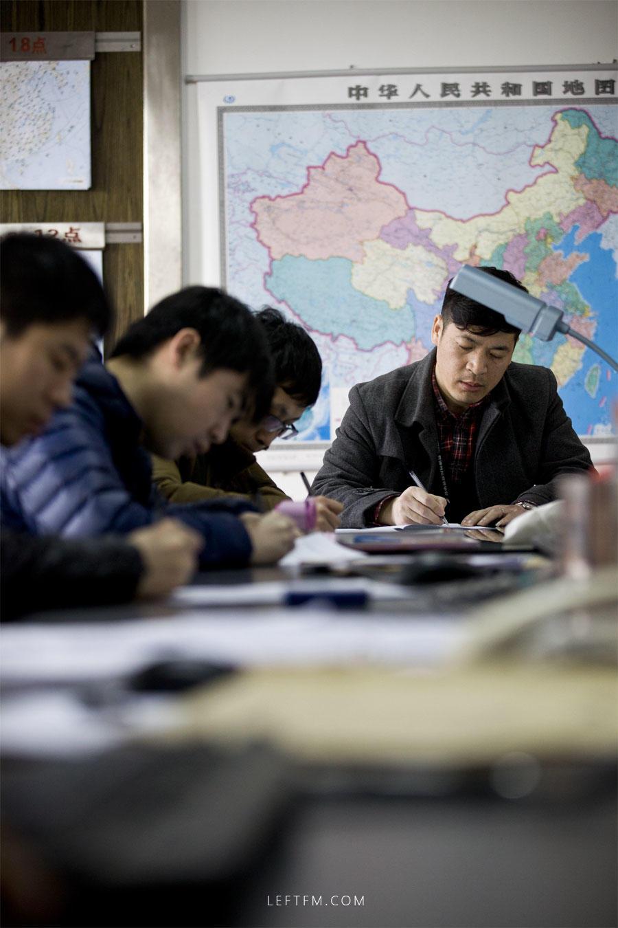 3月16日,王亚林正在参加气象理论知识考试。每季度,机场要组织气象人员进行理论知识考试,以检验知识掌握程度。