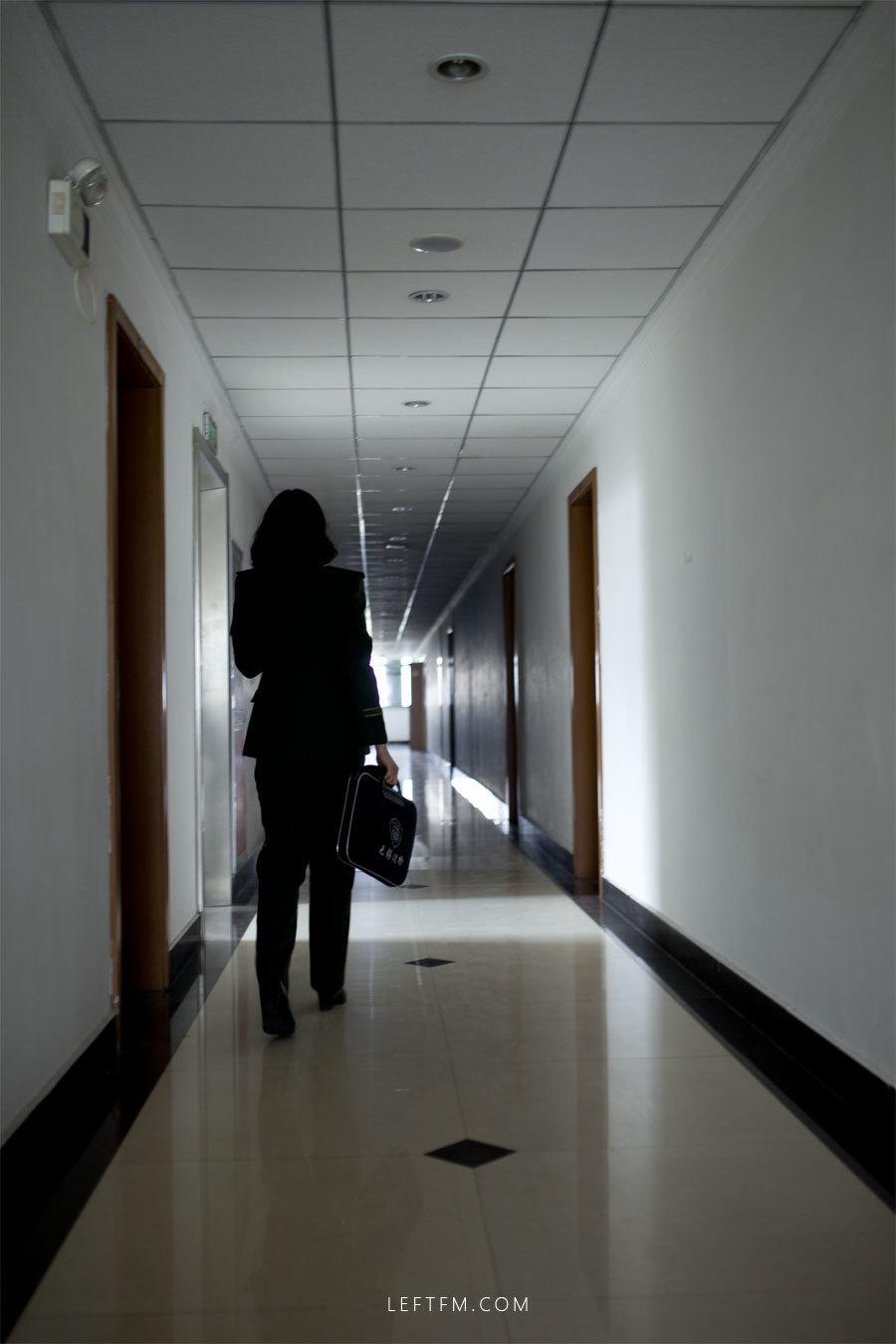 蔡丽红带着上勤包从宿舍匆匆赶往执勤现场