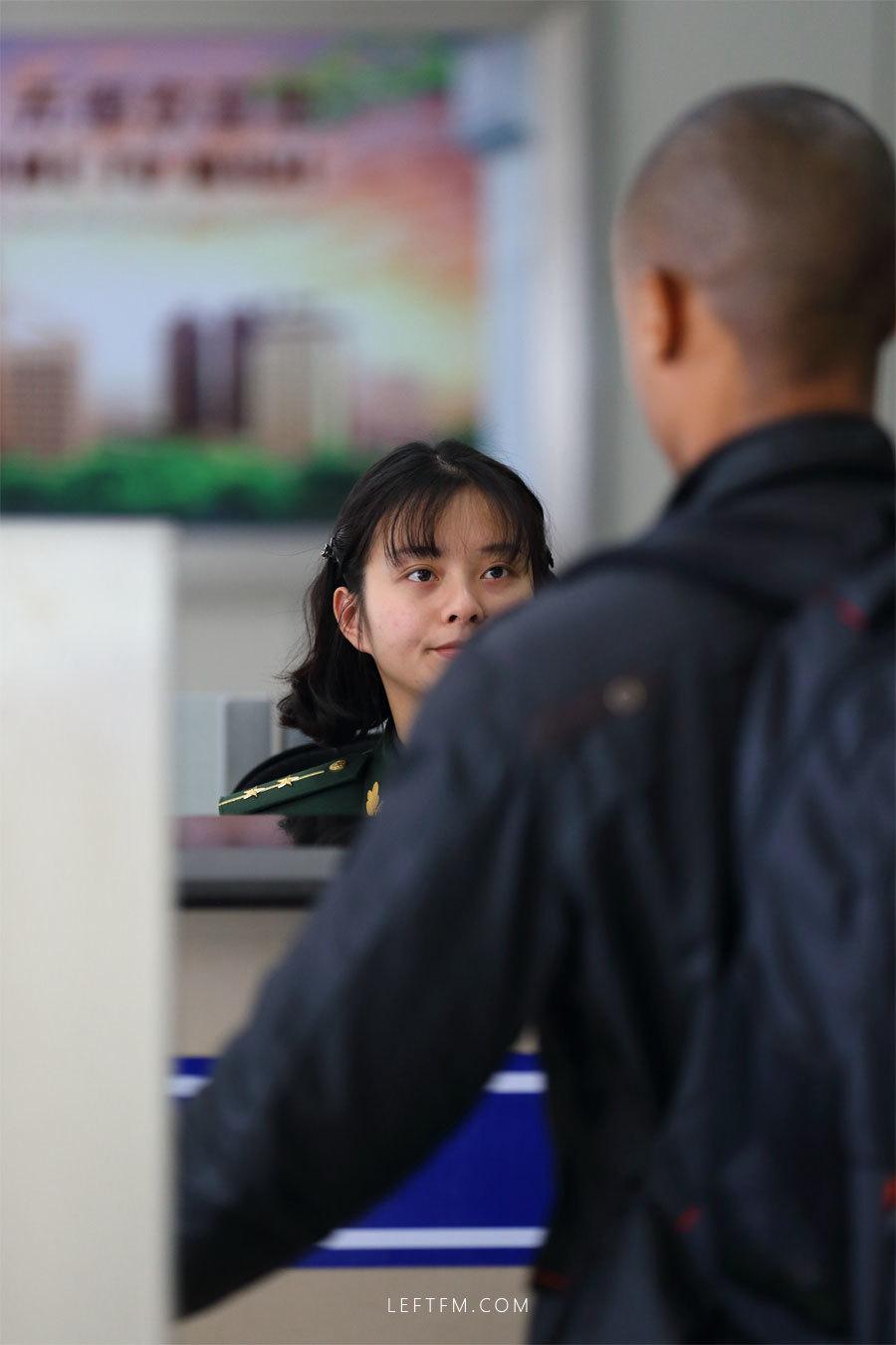蔡丽红为入境旅客办理通关手续