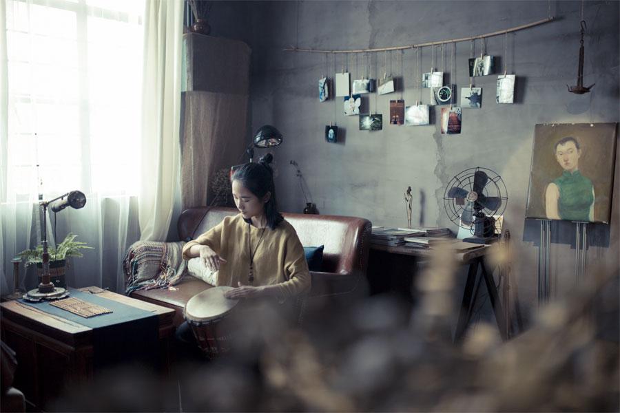 在工作室的休息区,空闲的时候,王玭也会独坐沙发打打鼓、喝喝茶,有时候也会在静室独自静坐。