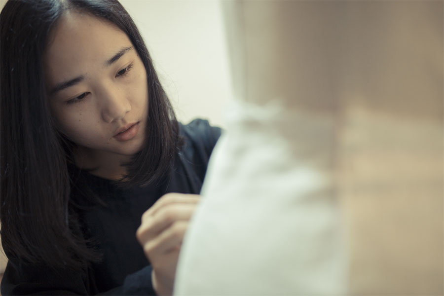 5月11日,在江苏无锡市南长区某私人服装工作室内,王玭正在设计衣服款式。