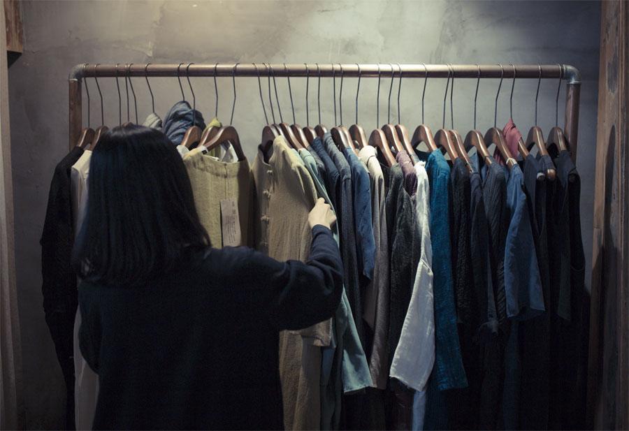 在工作室内,王玭正在挑选衣服。面对整个衣架上的衣服,随便挑和随便穿也许是自己最开心的时候了。