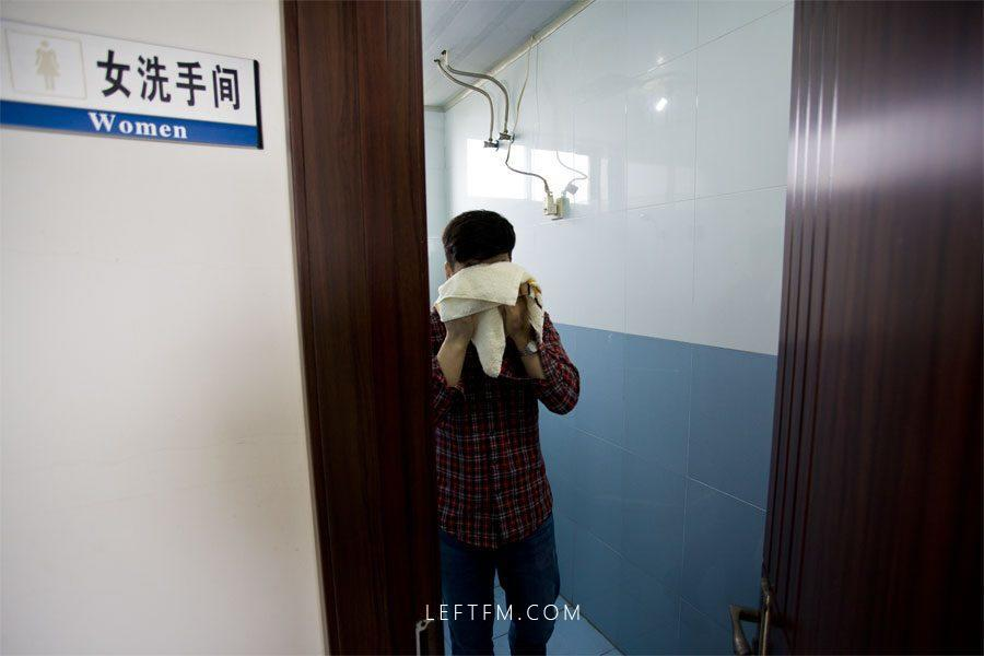 """王亚林匆忙洗漱一下,驱除身体的疲惫,等下要准备进行交接班。由于气象台内全部是男同志,因此,女卫生间也被""""征用""""作为洗漱间使用。"""