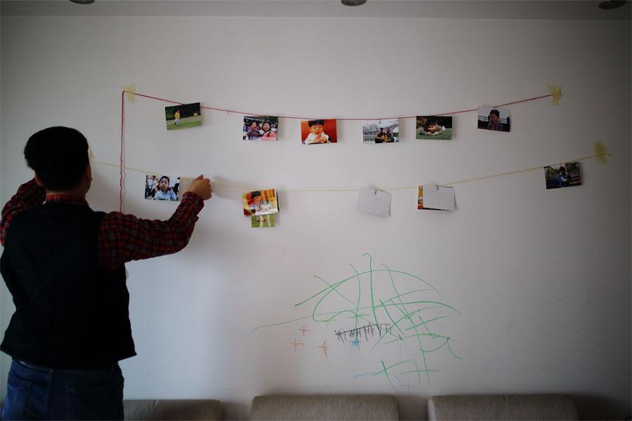 自制的照片墙悬挂的绳子被儿子扯下来了
