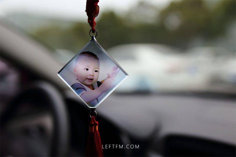 王亚林汽车上悬挂的是儿子一周岁的照片,看着儿子快乐的成长是他最大的幸福。