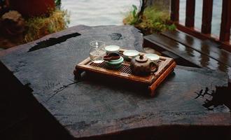 清茶一壶酒一杯